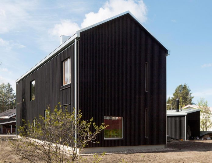 wooden-building-situated-traditional-residential-area-kivistonmaki-built-architects-family-02
