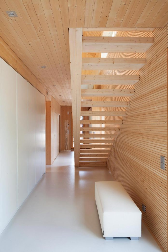 wooden-building-situated-traditional-residential-area-kivistonmaki-built-architects-family-08
