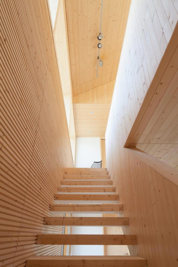 wooden-building-situated-traditional-residential-area-kivistonmaki-built-architects-family-11