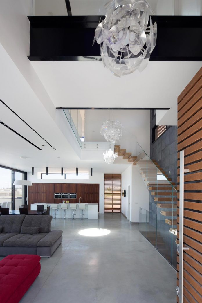 contemporary-house-in-irus-1-that-meant-to-serve-three-grown-up-children-in-suites-and-their-parents-05
