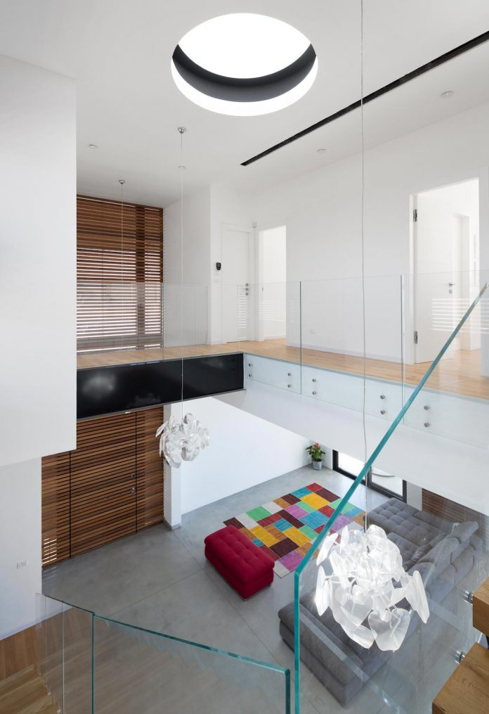 contemporary-house-in-irus-1-that-meant-to-serve-three-grown-up-children-in-suites-and-their-parents-08