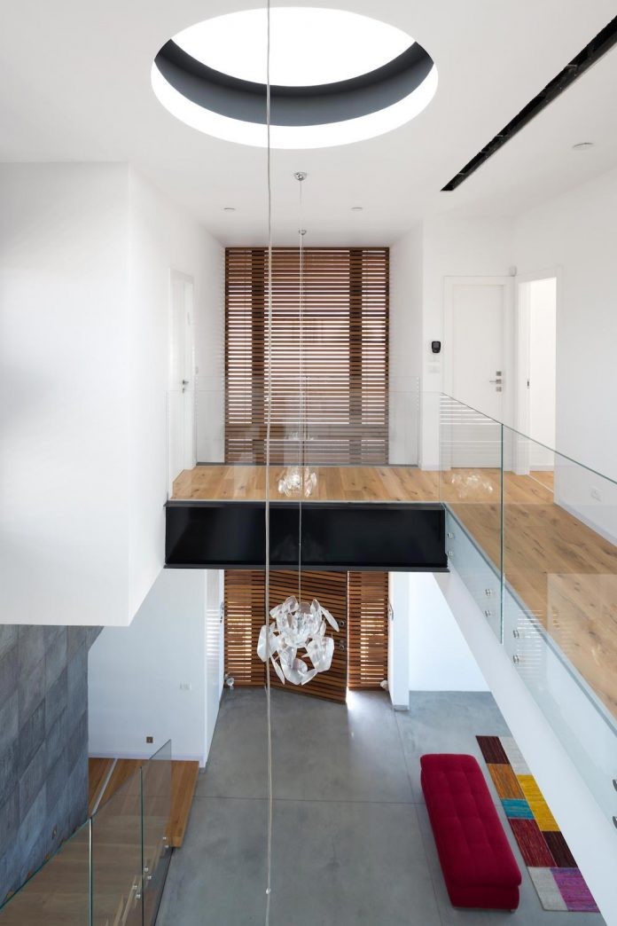 contemporary-house-in-irus-1-that-meant-to-serve-three-grown-up-children-in-suites-and-their-parents-09