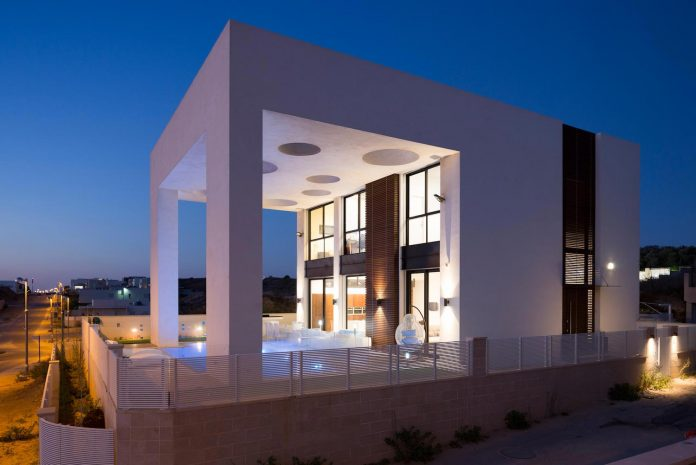 contemporary-house-in-irus-1-that-meant-to-serve-three-grown-up-children-in-suites-and-their-parents-37