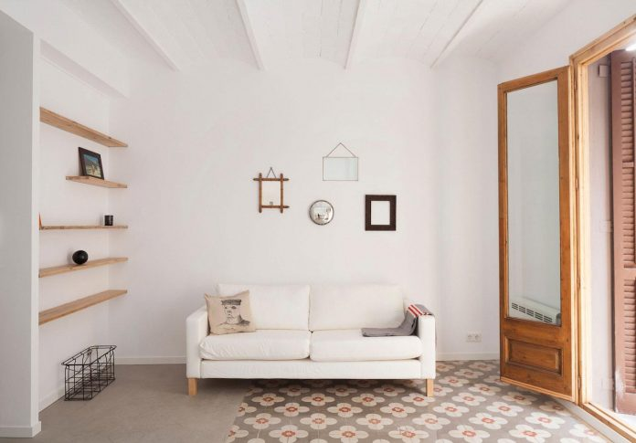 apartment-refurbishment-la-barceloneta-luminous-warm-home-03