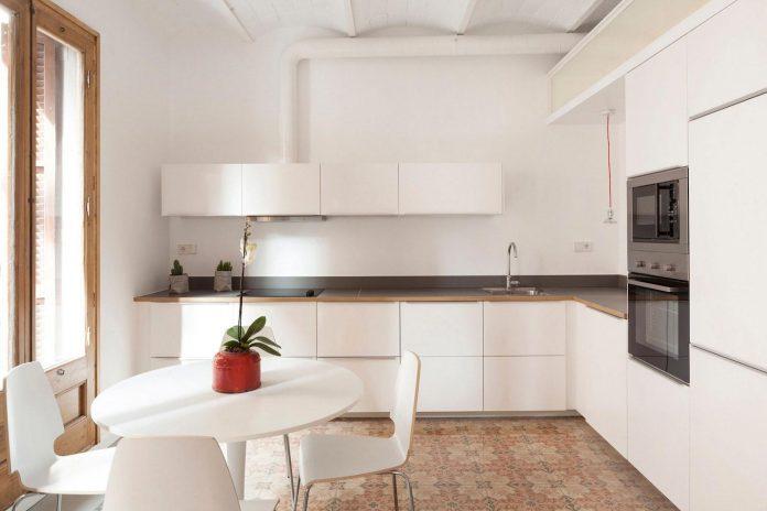 apartment-refurbishment-la-barceloneta-luminous-warm-home-07