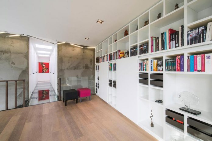artipool-transformed-former-bakery-bright-airy-home-thanks-double-height-living-space-skylight-kitchen-huge-windows-thin-profiles-34