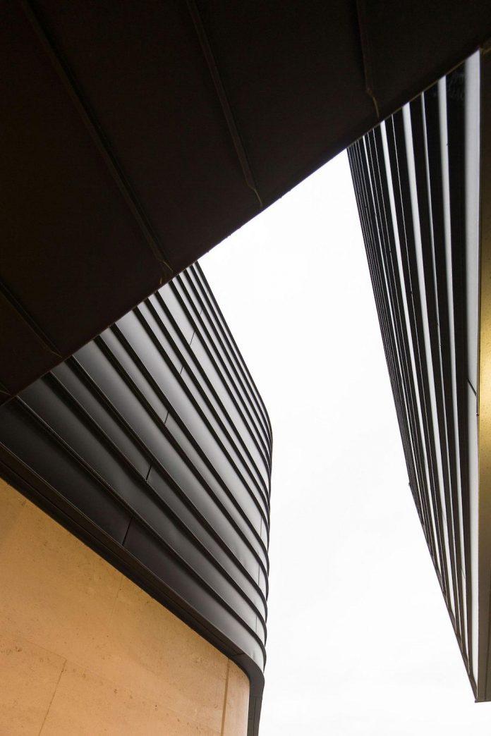 fox-johnston-architects-design-balmoral-house-set-hills-mosman-suburb-sydney-06