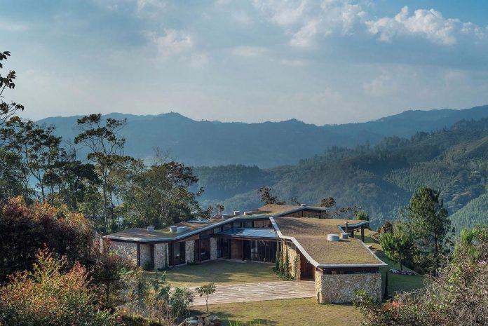 gozu-house-located-natural-environment-2200-m-7218-ft-altitude-el-retiro-colombia-01