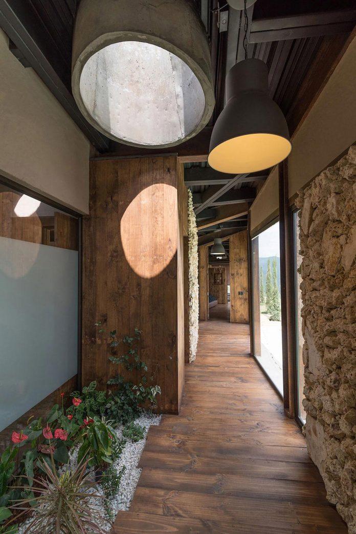 gozu-house-located-natural-environment-2200-m-7218-ft-altitude-el-retiro-colombia-12