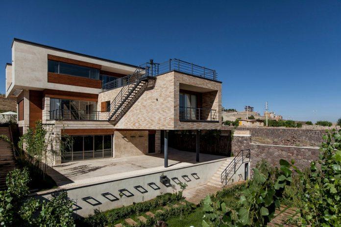 house-designed-family-eight-divided-three-plot-slope-01