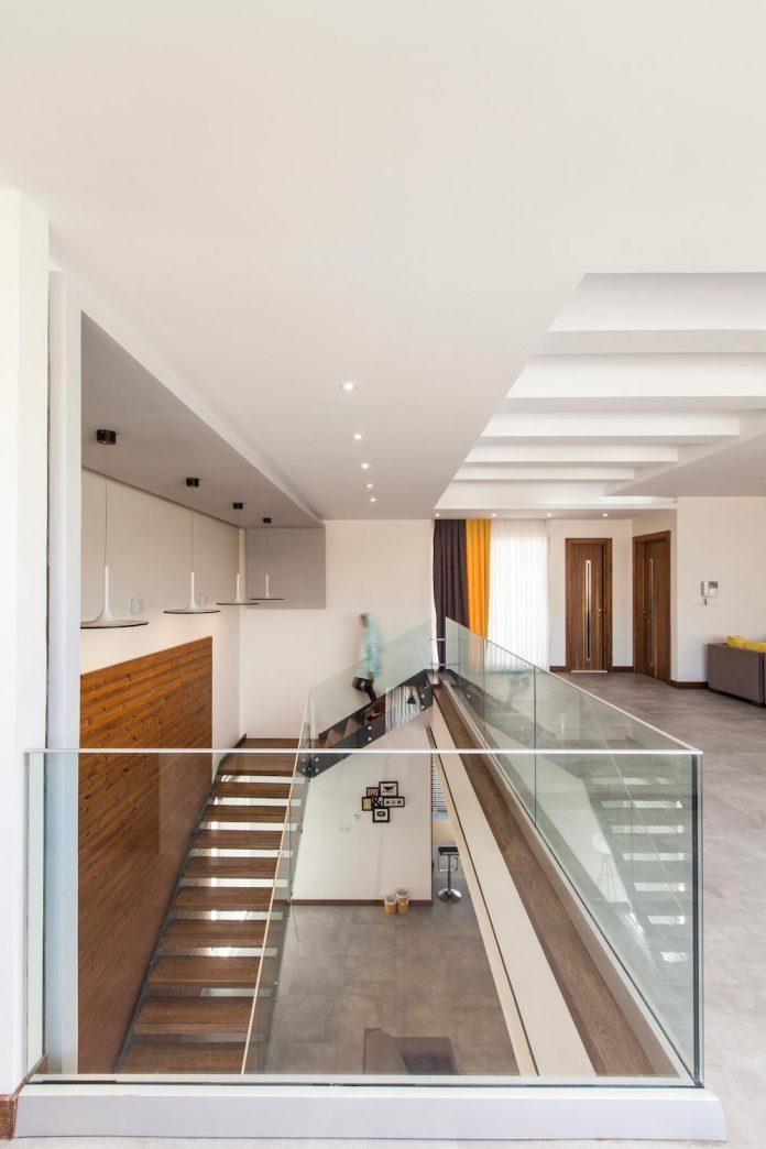 house-designed-family-eight-divided-three-plot-slope-09