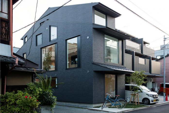kyoto-residence-designed-enjoy-much-possible-sunlight-surroundings-big-windows-01