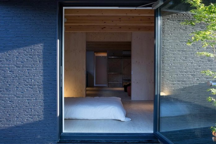 kyoto-residence-designed-enjoy-much-possible-sunlight-surroundings-big-windows-06