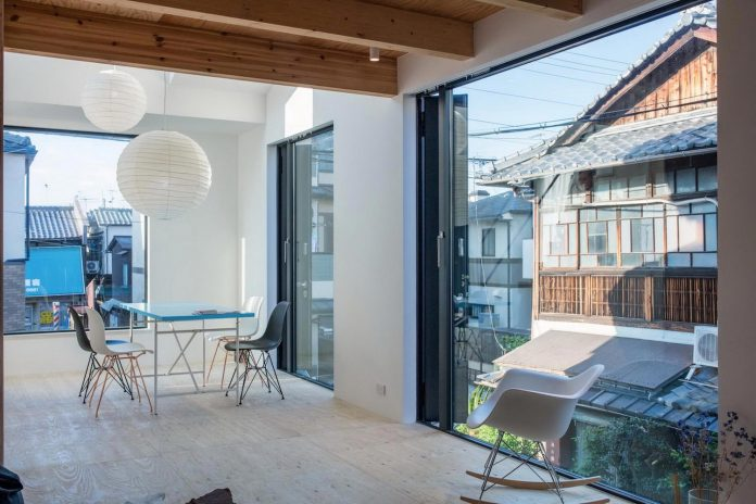 kyoto-residence-designed-enjoy-much-possible-sunlight-surroundings-big-windows-07