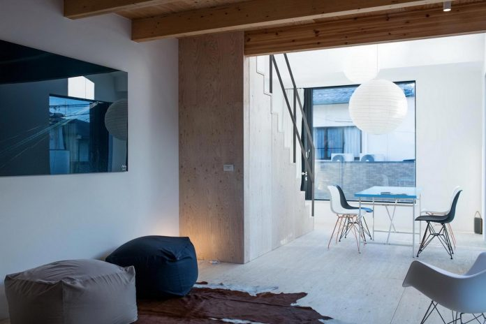 kyoto-residence-designed-enjoy-much-possible-sunlight-surroundings-big-windows-08