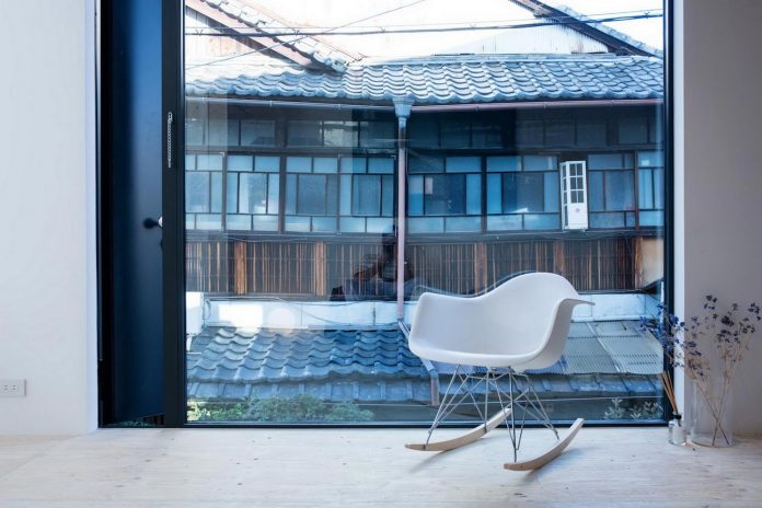 kyoto-residence-designed-enjoy-much-possible-sunlight-surroundings-big-windows-09