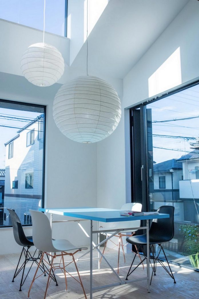 kyoto-residence-designed-enjoy-much-possible-sunlight-surroundings-big-windows-10