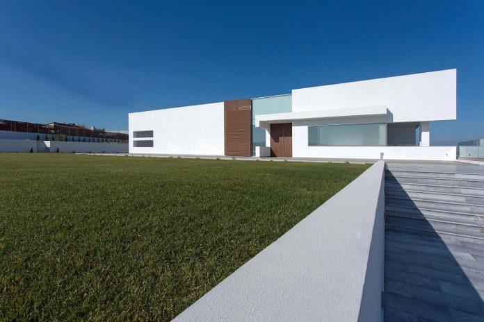 l-shaped-one-story-modern-home-crete-02