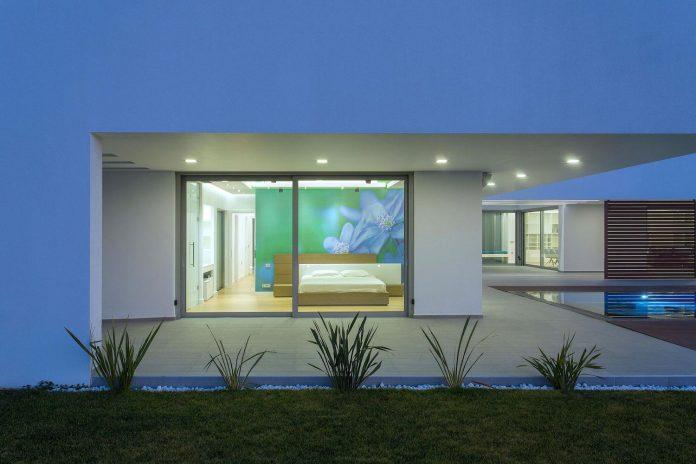l-shaped-one-story-modern-home-crete-10
