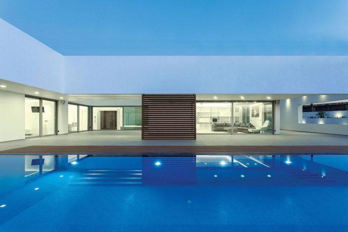 l-shaped-one-story-modern-home-crete-11