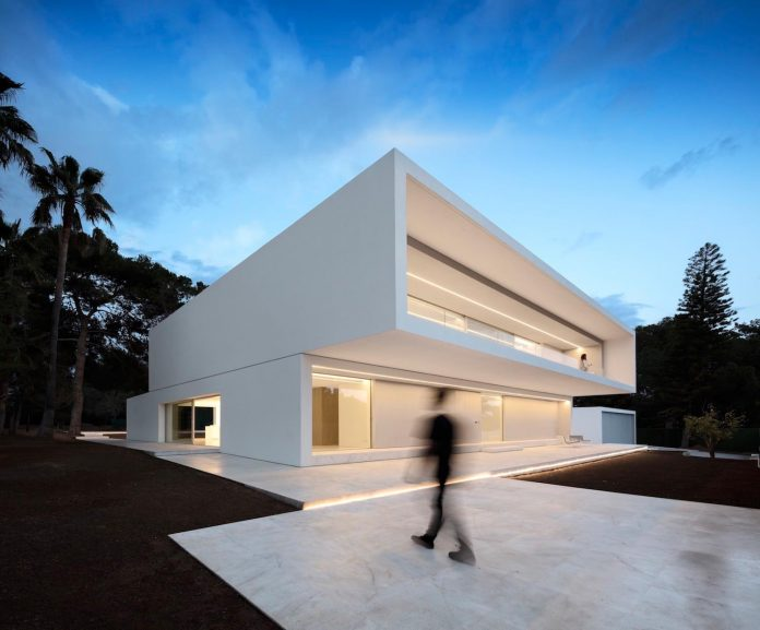 la-pinada-house-fran-silvestre-arquitectos-minimalist-contemporary-home-full-family-stories-covered-white-01