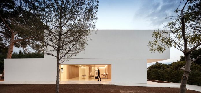 la-pinada-house-fran-silvestre-arquitectos-minimalist-contemporary-home-full-family-stories-covered-white-03