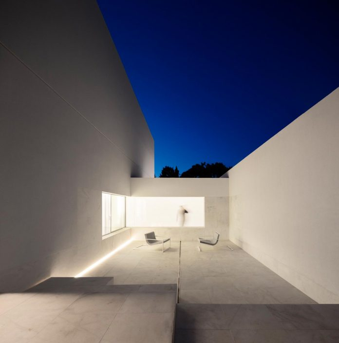 la-pinada-house-fran-silvestre-arquitectos-minimalist-contemporary-home-full-family-stories-covered-white-04