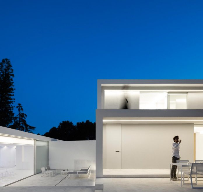 la-pinada-house-fran-silvestre-arquitectos-minimalist-contemporary-home-full-family-stories-covered-white-05