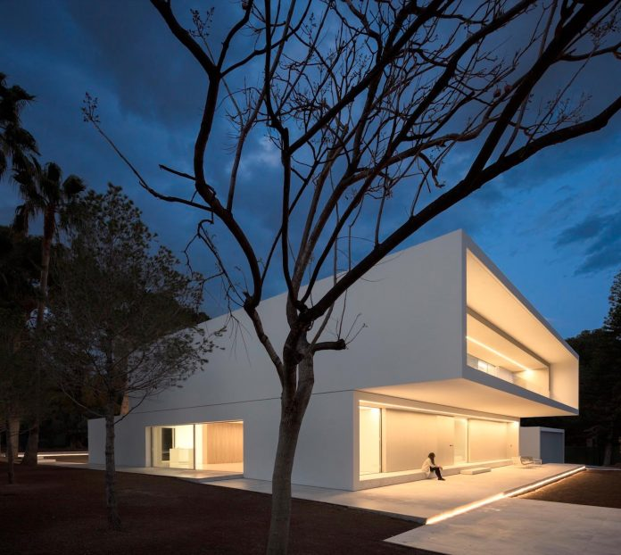la-pinada-house-fran-silvestre-arquitectos-minimalist-contemporary-home-full-family-stories-covered-white-06