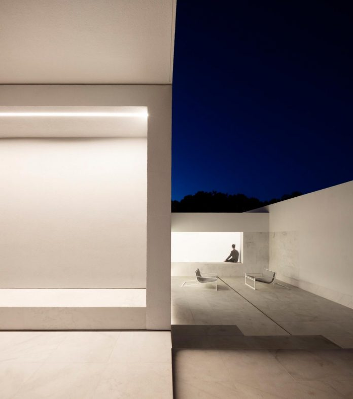la-pinada-house-fran-silvestre-arquitectos-minimalist-contemporary-home-full-family-stories-covered-white-07