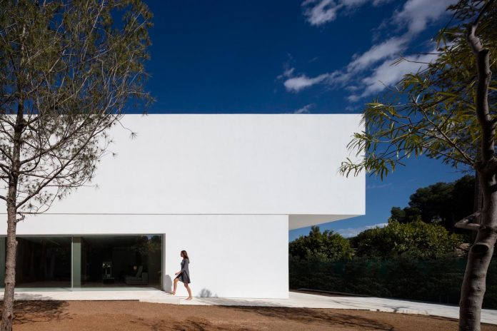 la-pinada-house-fran-silvestre-arquitectos-minimalist-contemporary-home-full-family-stories-covered-white-08