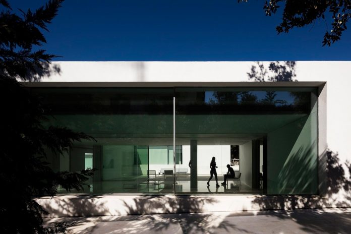 la-pinada-house-fran-silvestre-arquitectos-minimalist-contemporary-home-full-family-stories-covered-white-10