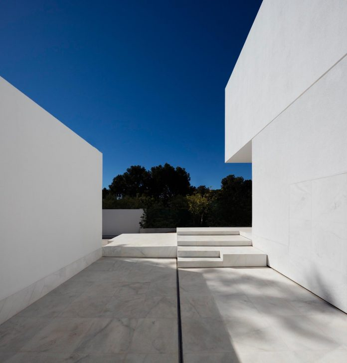 la-pinada-house-fran-silvestre-arquitectos-minimalist-contemporary-home-full-family-stories-covered-white-11