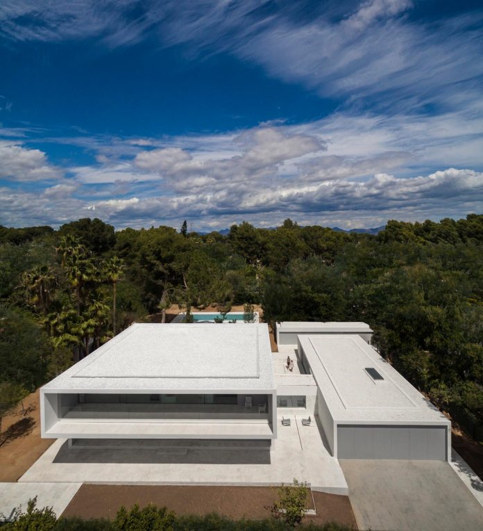 la-pinada-house-fran-silvestre-arquitectos-minimalist-contemporary-home-full-family-stories-covered-white-12