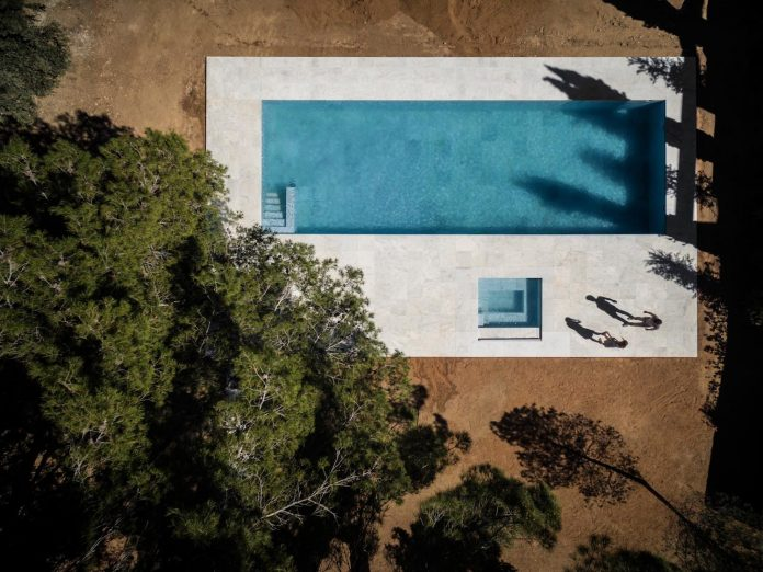 la-pinada-house-fran-silvestre-arquitectos-minimalist-contemporary-home-full-family-stories-covered-white-13