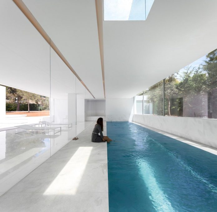 la-pinada-house-fran-silvestre-arquitectos-minimalist-contemporary-home-full-family-stories-covered-white-14