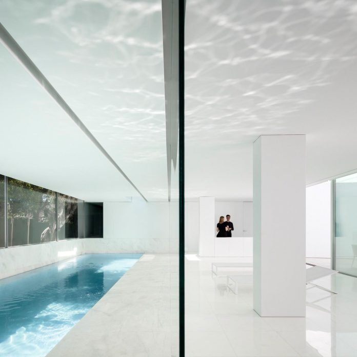 la-pinada-house-fran-silvestre-arquitectos-minimalist-contemporary-home-full-family-stories-covered-white-15