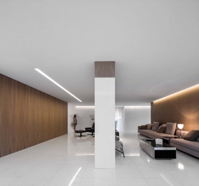 la-pinada-house-fran-silvestre-arquitectos-minimalist-contemporary-home-full-family-stories-covered-white-16