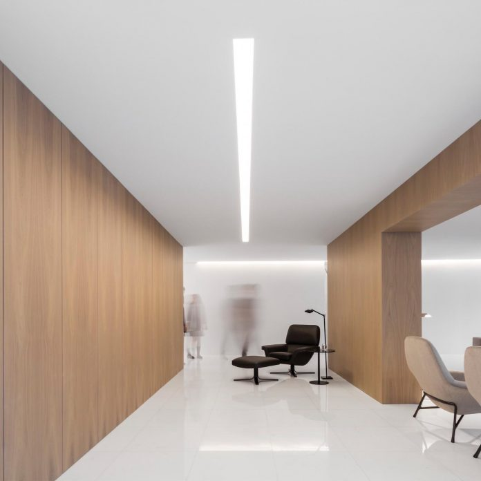 la-pinada-house-fran-silvestre-arquitectos-minimalist-contemporary-home-full-family-stories-covered-white-17