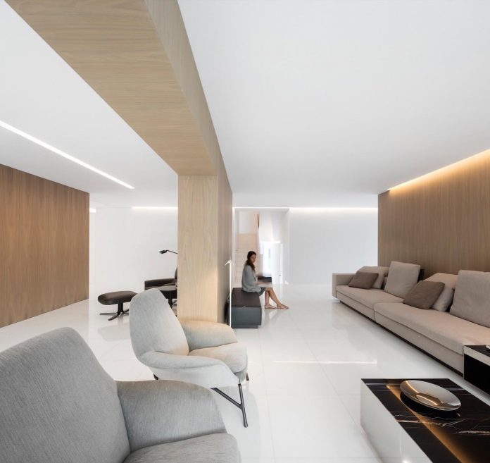 la-pinada-house-fran-silvestre-arquitectos-minimalist-contemporary-home-full-family-stories-covered-white-18