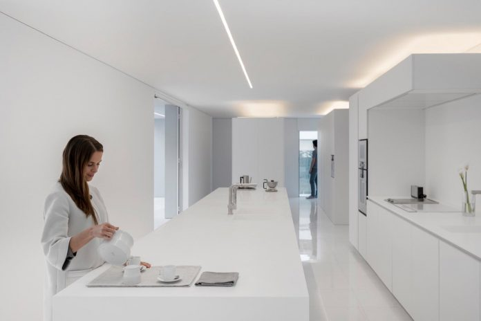 la-pinada-house-fran-silvestre-arquitectos-minimalist-contemporary-home-full-family-stories-covered-white-19