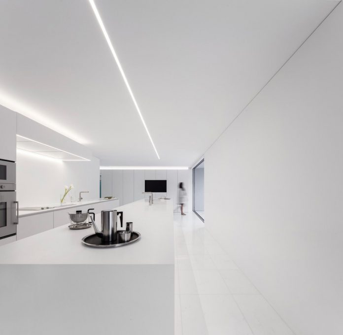 la-pinada-house-fran-silvestre-arquitectos-minimalist-contemporary-home-full-family-stories-covered-white-20