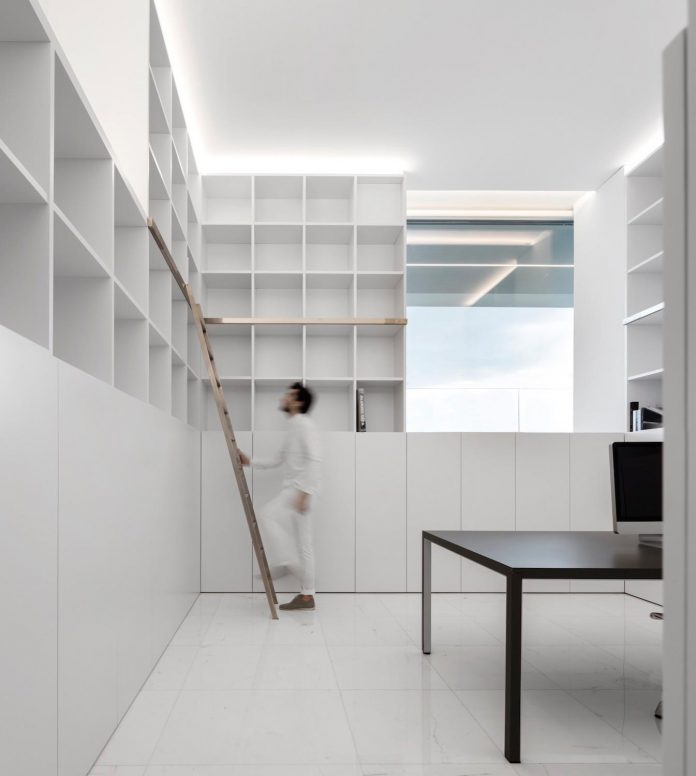 la-pinada-house-fran-silvestre-arquitectos-minimalist-contemporary-home-full-family-stories-covered-white-21