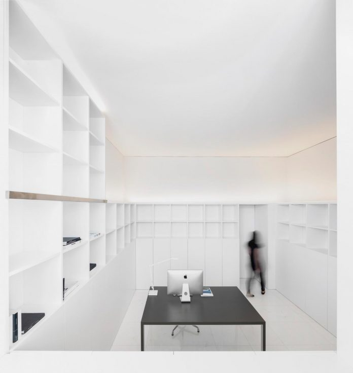 la-pinada-house-fran-silvestre-arquitectos-minimalist-contemporary-home-full-family-stories-covered-white-22