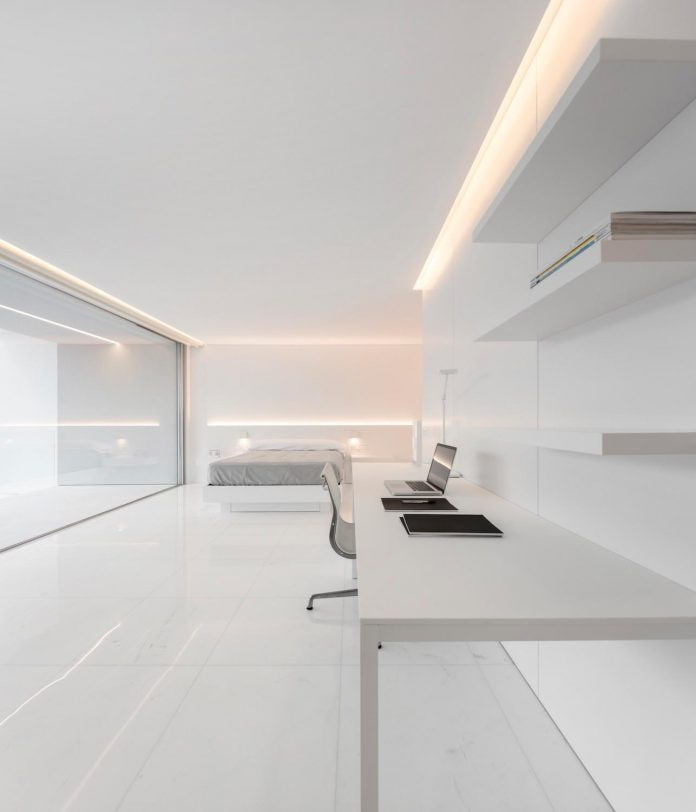 la-pinada-house-fran-silvestre-arquitectos-minimalist-contemporary-home-full-family-stories-covered-white-24