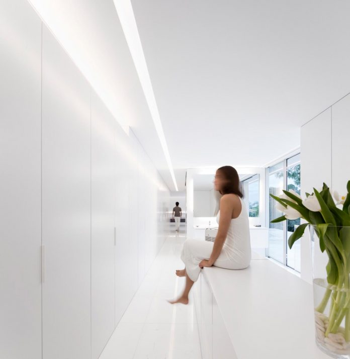 la-pinada-house-fran-silvestre-arquitectos-minimalist-contemporary-home-full-family-stories-covered-white-25