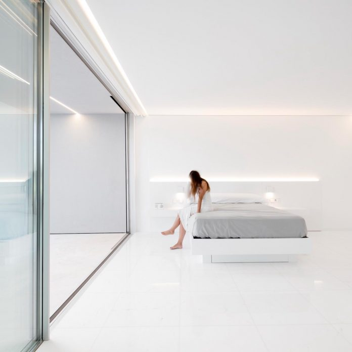 la-pinada-house-fran-silvestre-arquitectos-minimalist-contemporary-home-full-family-stories-covered-white-27
