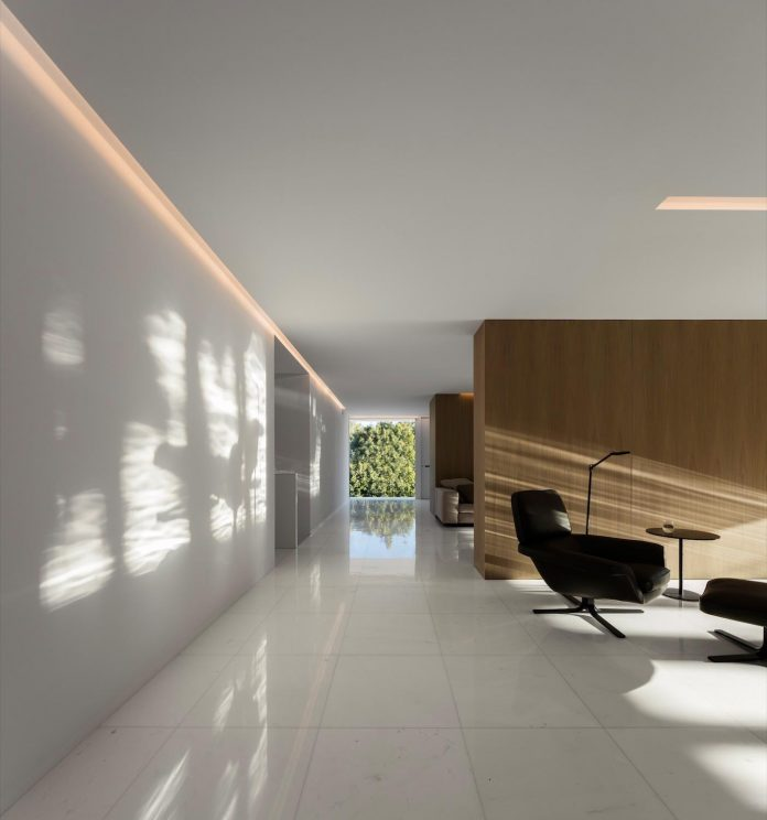 la-pinada-house-fran-silvestre-arquitectos-minimalist-contemporary-home-full-family-stories-covered-white-28