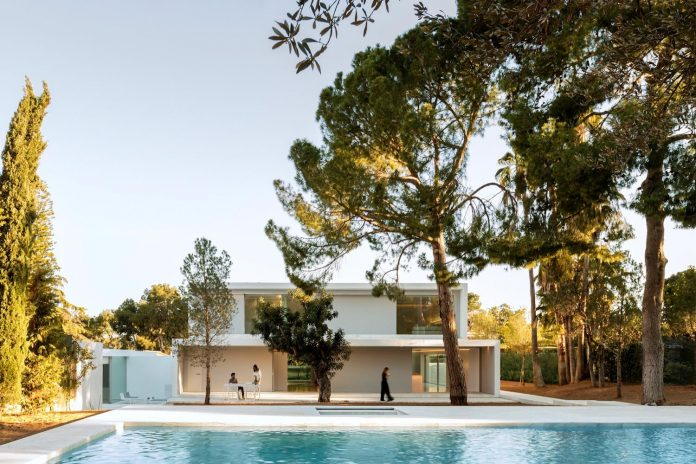 la-pinada-house-fran-silvestre-arquitectos-minimalist-contemporary-home-full-family-stories-covered-white-30