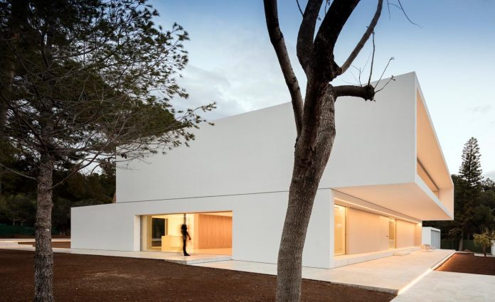 la-pinada-house-fran-silvestre-arquitectos-minimalist-contemporary-home-full-family-stories-covered-white-31